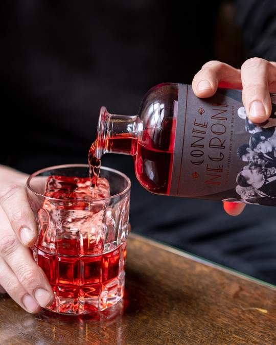 FILL A GLASS WITH ICE CUBES & POUR WITH 10CL CONTE NEGRONI
